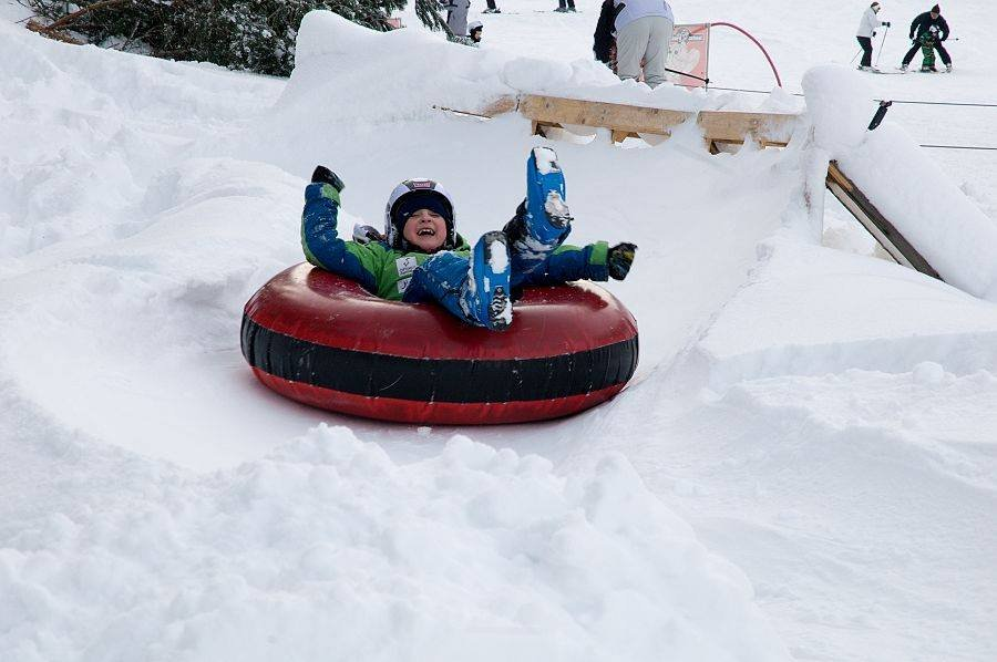 Child enjoys snowtubing - © Facebook Opalisko