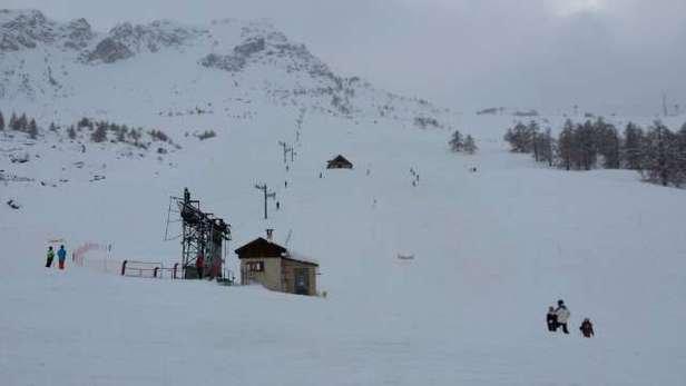 Après les chutes de samedi la neige est bonne mais on peux entrevoir la terre et quelques pierres sir certaines pistes mais globalement on peux skier