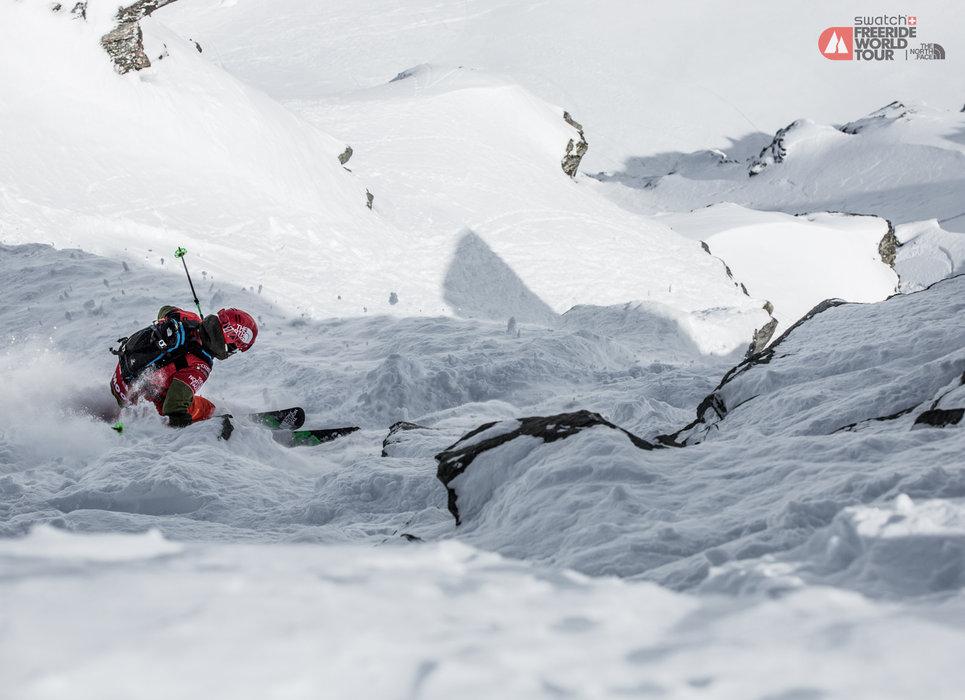 Ganz auf sich gestellt, muss der Sportler den Berg hinab - © freerideworldtour.com/TREPO
