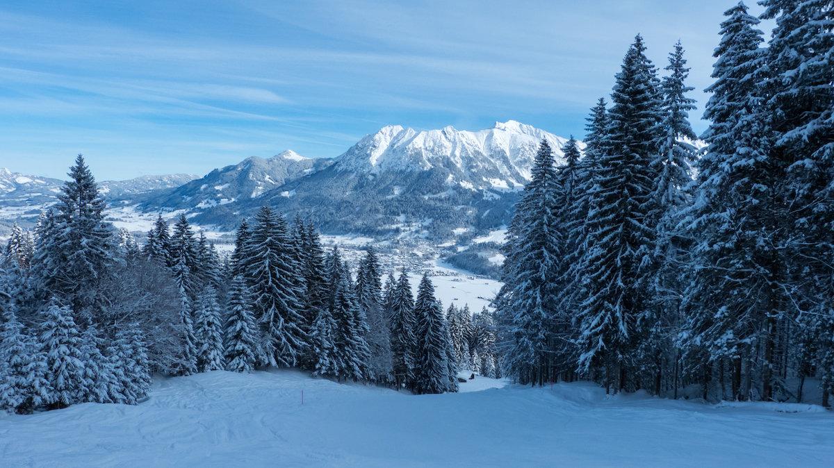 Höllwiespiste mit Blick auf Oberstdorf - © Bergbahnen Oberstdorf/Kleinwalsertal