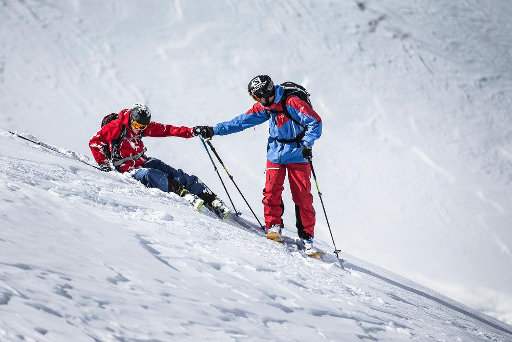 Stürze passieren. Gut, wenn man einen Experten dabei hat, der einem wieder aufhilft - © Christoph Jorda | www.christophjorda.com