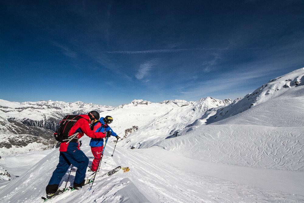 Da geht es runter: Freeride-Profi Jochen Reiser erklärt den Weg - © Skiinfo