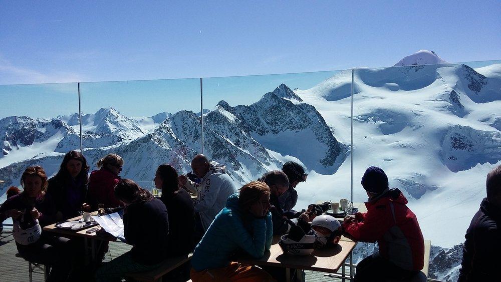 Na vrcholu si můžete vychutnat šálek kávy v nejvyšší kavárně v Rakousku - Cafe 3.440 - © Skiinfo.pl/Tomasz Wojciechowski