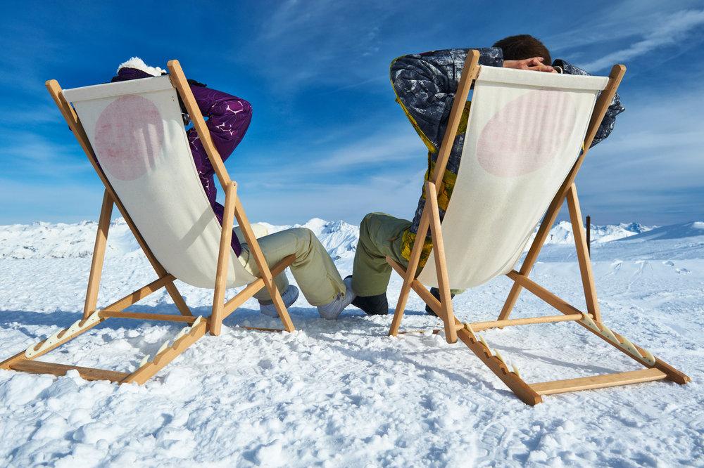 Se prelasser au soleil après une bonne matinée de ski de printemps... Elle n'est pas belle la vie ? - © © Haveseen - Fotolia.com
