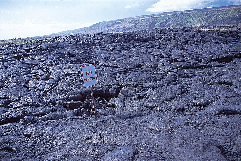 "End of the Road / A ""No Parking""-Zeichen im ehemaligen Lavastrom - © Hawaii Tourism Japan (HTJ)"