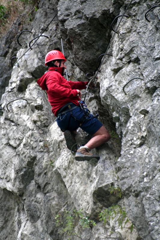 Gute Beinarbeit und Gewichtsverlagerung im Klettersteig - © bergleben.de/Sebastian Lindemeyer