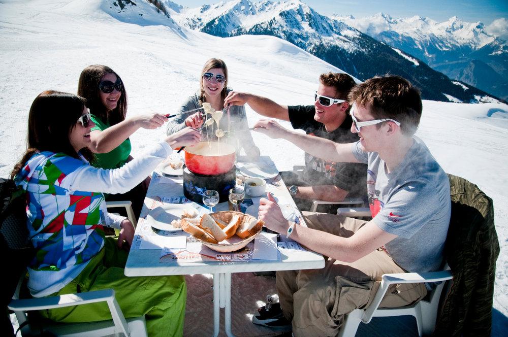 Pause déjeuner en toute convivialité sur les pistes de Veysonnaz - © lafouinographe.com