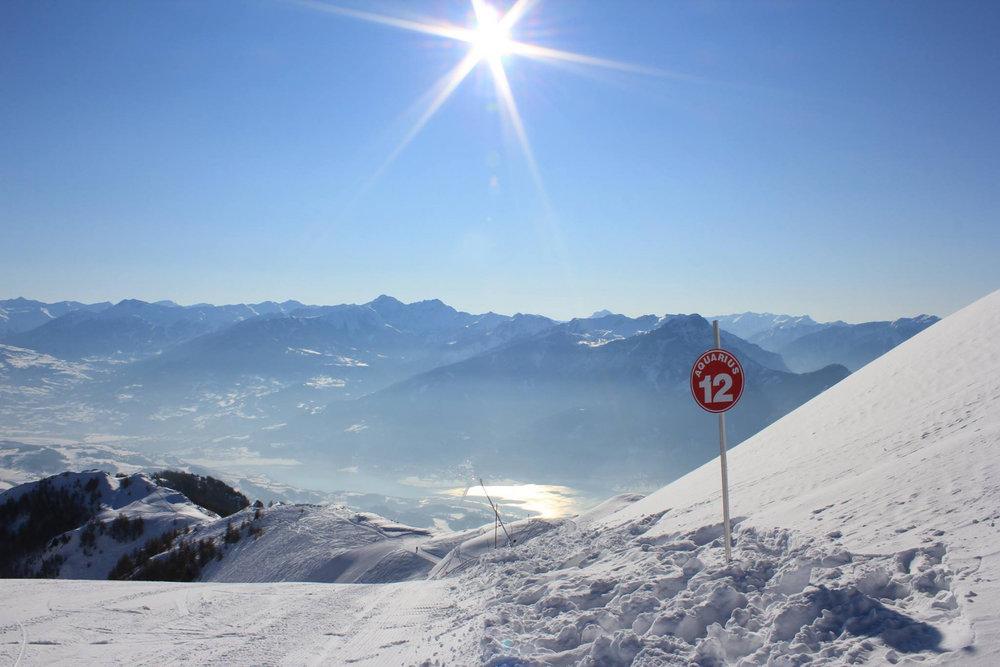 Ski sur le domaine de Réallon avec le Lac de Serre Ponçon en contrebas