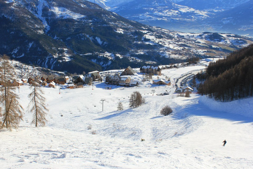 Vue sur la station de Réallon depuis les pistes de ski