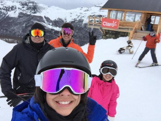 Cerro Castor - Bastante neve, mas pegamos um pouco de calor. A neve ficou um pouco dura, mas estamos curtindo. - © iPhone de Bruno