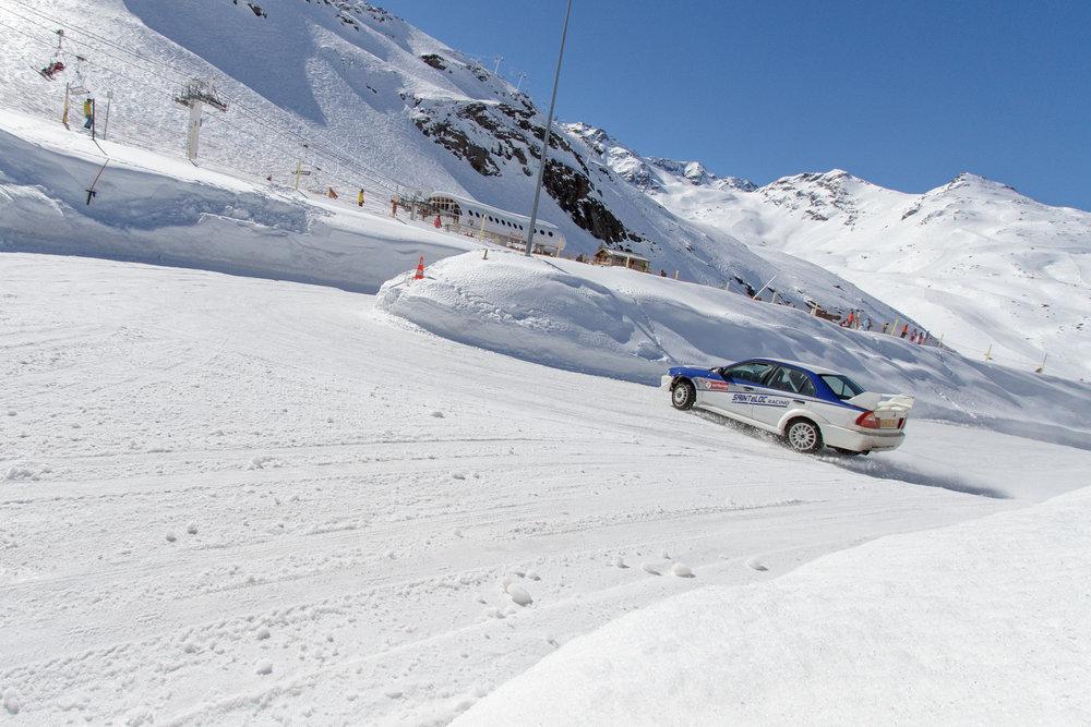 Prenez place à bord d'un bolide sur le circuit de glace de Val Thorens et enchaîner les tours de pistes sans vous retrouvez dans les bordures de neige... - © C. Cattin / OT Val Thorens