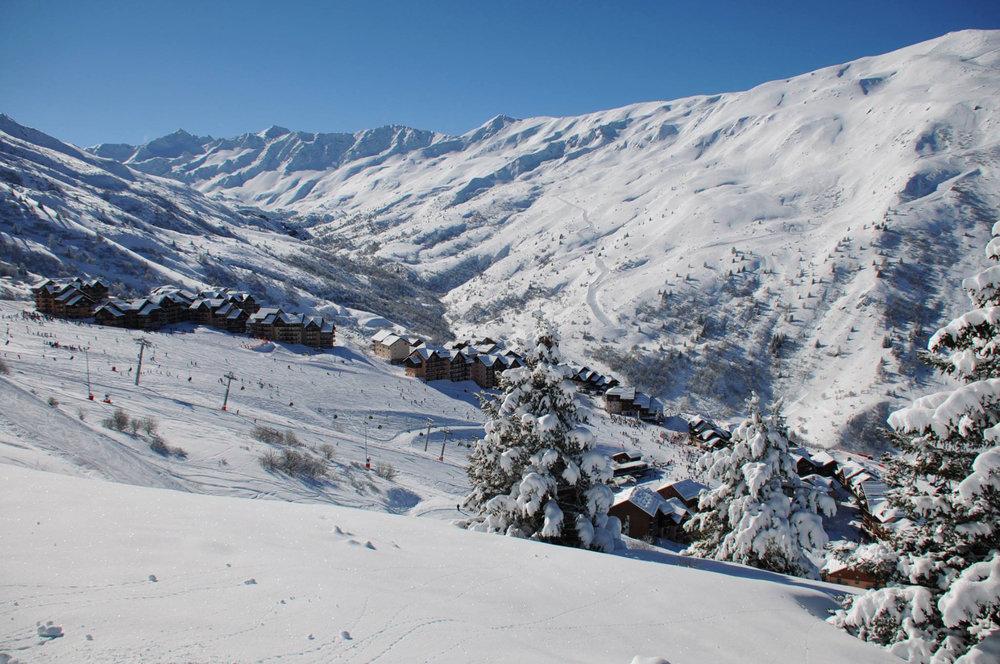 Vue sur le station de ski de Valmeinier et son domaine skiable - © OT de Valmeinier