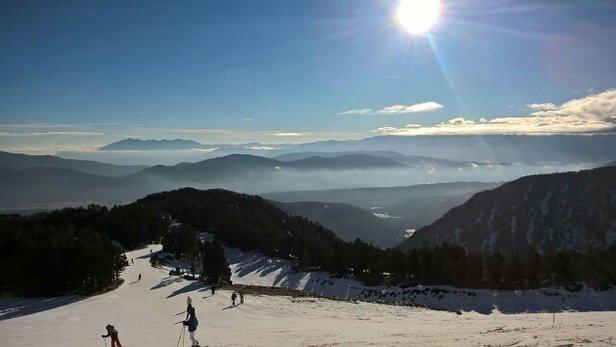 Formiguères - Ça devient tendu. Sur le bas du domaine on skie sur les cailloux. le haut reste un peu plus en état mais c'est plus que limite. es espérant que la neige tombe ces prochains jours. Un snow à reboucher pour finir l'année ! !! - © philbussat