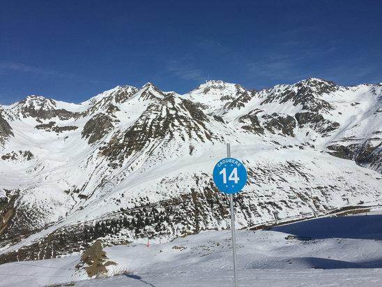 Grand Tourmalet (La Mongie / Barèges) - La fonte des neiges : des plaques herbeuses ou des zones avec cailloux.  - © iPhone