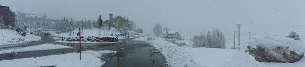 Fórmigal - Se suponia q hoy lunes esquiariamos con sol pero ha estado nevando casi todo el dia. empezo el domingo por la tarde y aunque se ha abierto un poco ha continuado  nevando. Ahora mismo 19.00 sigue nevando.  - © luisariascott
