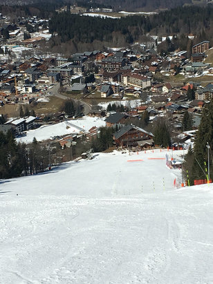 Les Carroz - Empty slopes and full sun - © Kate