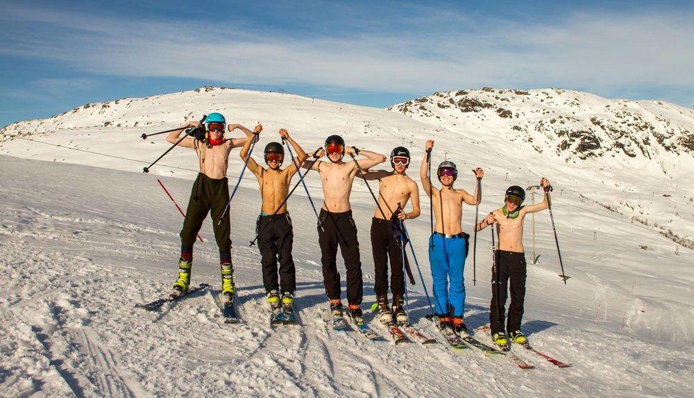 Telemarksgjengen ved Framnes videregående skole utnyttet det fine været denne uka i Eikedalen skisenter. Vi satser på like varmt vær i påskeuka. - © Jan Petter Svendal
