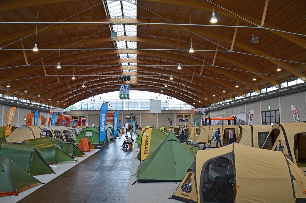 Blick auf die Zelthalle der OutDoor 2016 - ©bergleben.de