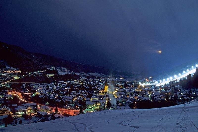 Ortskern von Schladming, Österreich, nach Einbruch der Dunkelheit