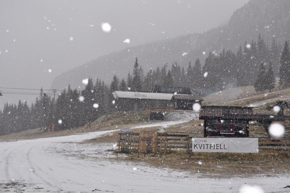 Det snør, det snør. Kvitfjell har fått sitt første lag med nysnø for sesongen. - © Kvitfjell