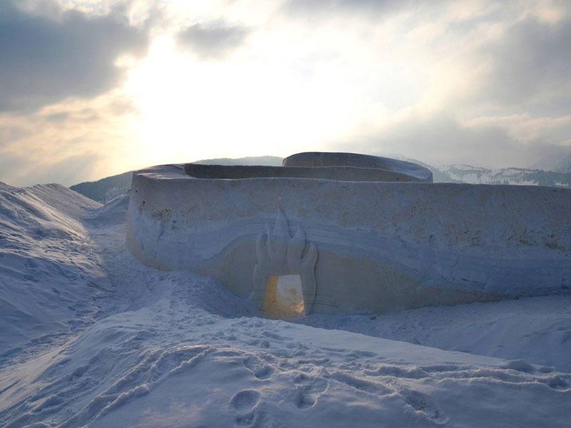 Innerhalb einer Woche formten Künstler im Lermooser Moos eine Spielburg aus Schnee