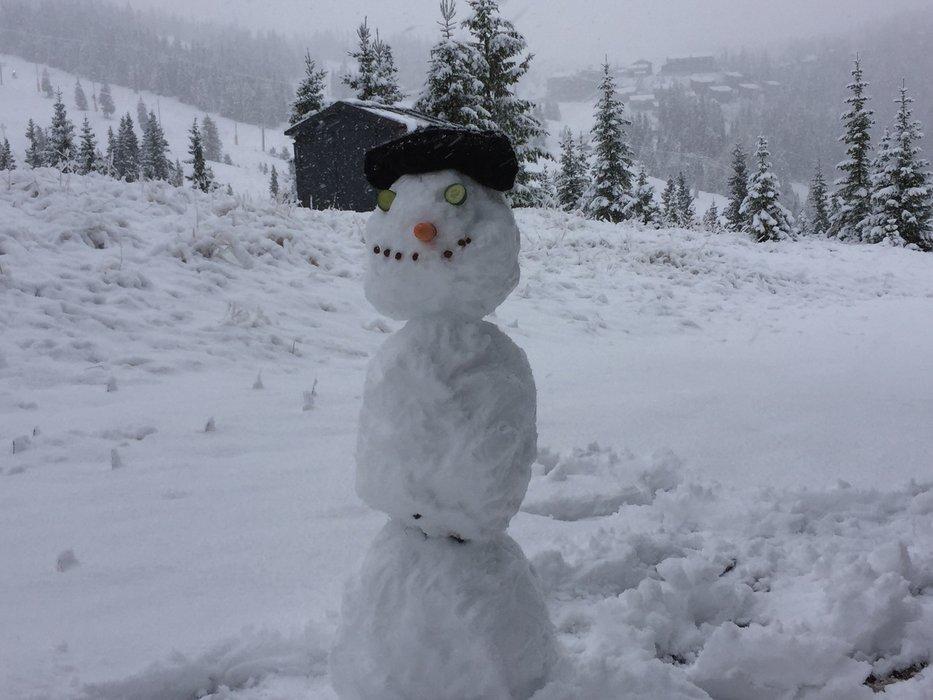 Sesongens første snømann på Kvitfjell. - © Kvitfjell Alpinsenter