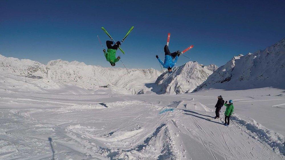 Im Cross Park werden wagemutige Stunts durchgeführt - © Gerry Posch/Pitztaler Gletscher