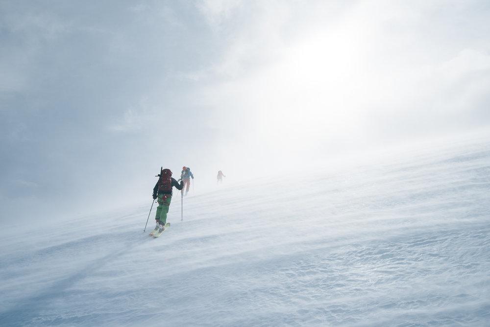 Første etappe er på rundt 16 km og 1258 høydemeter. Skyene satt lavt den første dagen og gjorde landskapet enda mer drømmende.  - ©Tor Berge - Norexplore