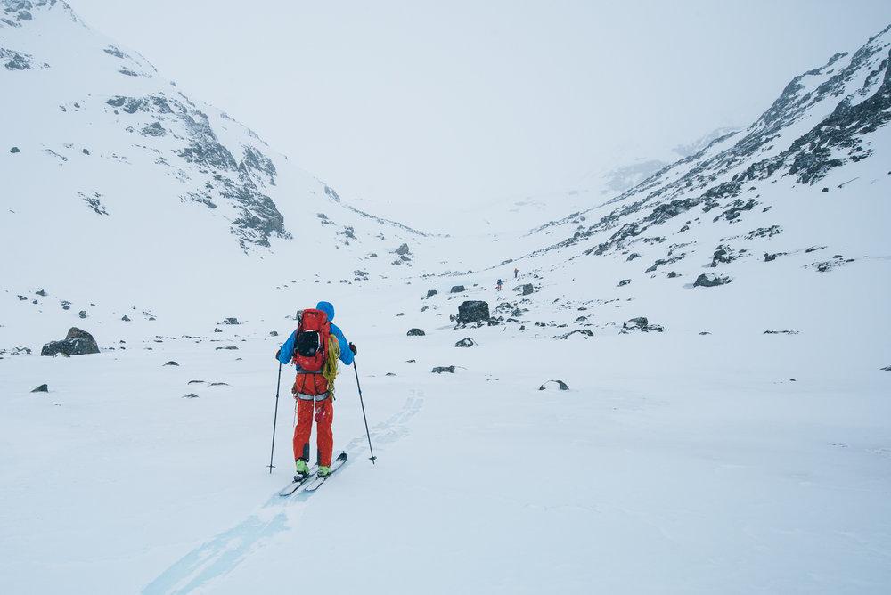 Her er vi på vei over isdekte Hesttjønne på vei opp mot Hestdalen. Det kan være greit å være obs på at fjellsidene er bratte på begge sider, og man må vurdere skredfare, vindretning og forhold før man velger rute.  - ©Tor Berge - Norexplore