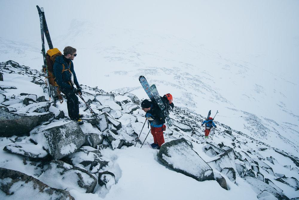 Siste del av Hestdalen er bratt, men lite snø gjorde at uren ble eksponert og ga ekstra feste til beina i forhold til den isete skaren. Selv med mye snø så hjelper det ujevne underlaget å holde på snøen, men man må ta gode forholdsregler og vurdere snøforhold.  - ©Tor Berge - Norexplore