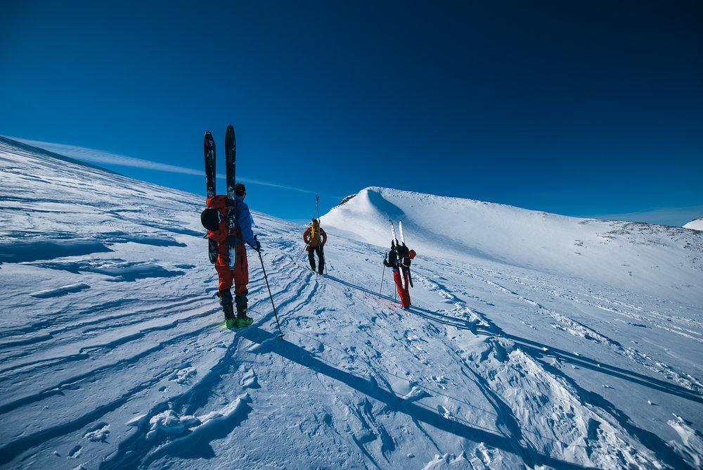 På vei opp på første topp som er Keilhaulstoppen. Først når man kommer opp dit kan man se Galdhøpiggen.  - ©Tor Berge - Norexplore