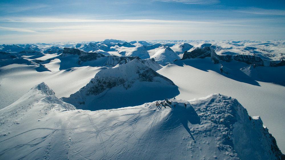 Galdhøpiggen, 2469 meter over havet. Utsikten er spektakulær, og man kan glede seg til en utrolig fet nedkjøring på ski!  - ©Tor Berge - Norexplore