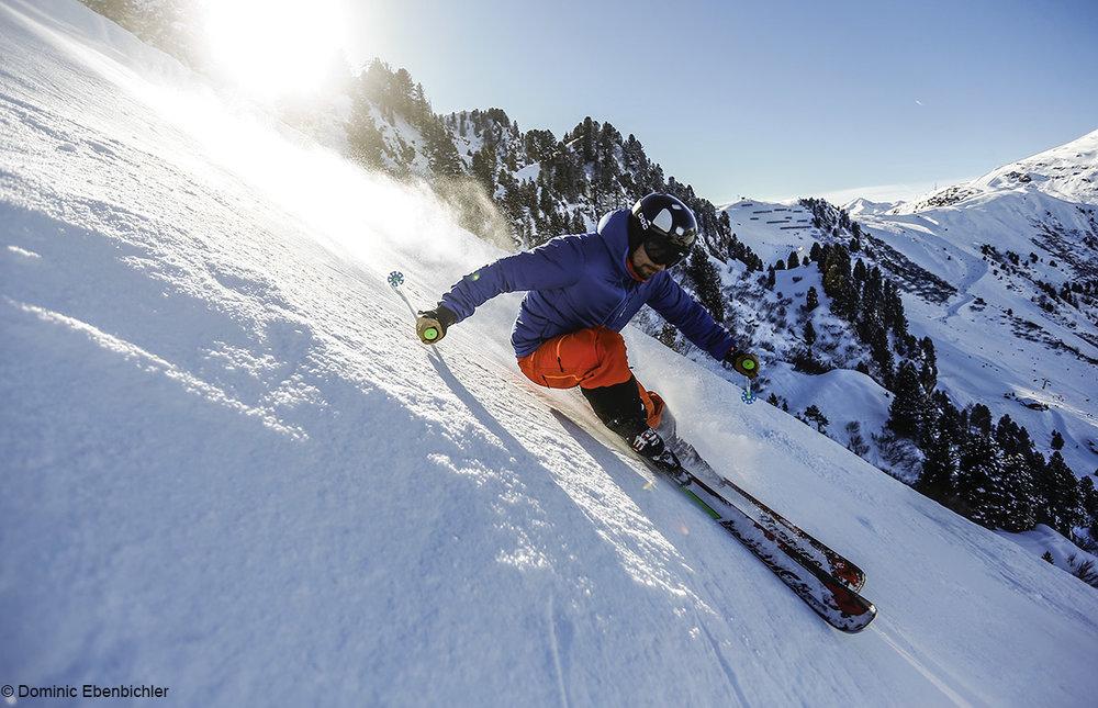 Kto chce w takim stylu zjechać w dół jednej z najbardziej stromych tras narciarskich w Alpach, musi w pełni panować nad swoimi nartami, - © Bergbahnen Mayrhofen | Dominic Ebenbichler