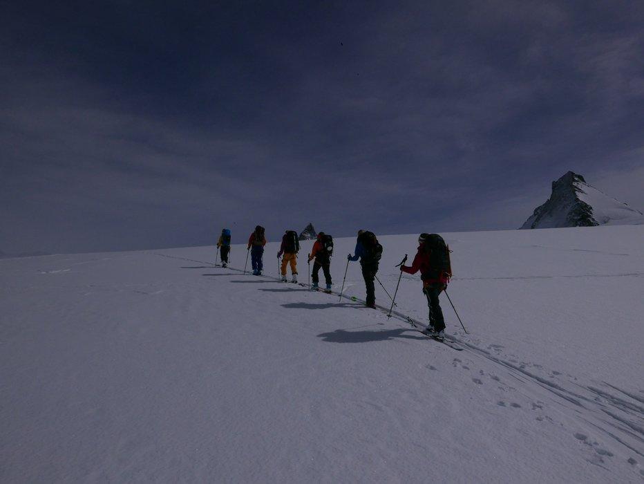 En litt sliten gjeng som går det siste stykket opp før nedkjøringen ned til Zermatt. Utrolig kult når Matterhorn kom til syne. - ©Mattias Erlandson