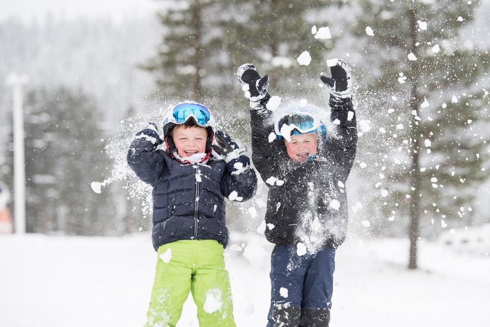 Magne Sanaker Lohne (t.v.) og Halvor Nordli jubler for sesongstart i Trysil fredag 11. november.  - © Ola Matsson / Skistar