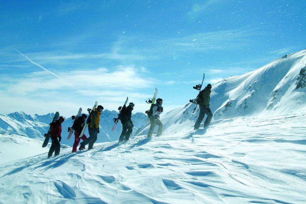 Im tief verschneiten Stuben locken wöchentliche Freeride-Camps - © Vorarlberg Tourismus / Dietmar Walser