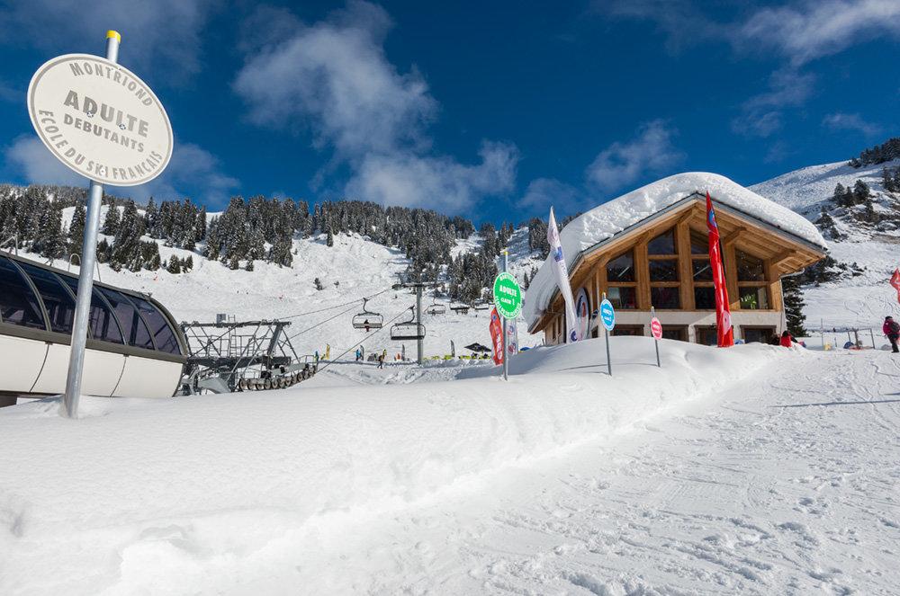 L'ESF des Lindarets, lieux de départ des cours de ski sur le domaine de Montriond - © Yvan Tisseyre / OT Vallée d'Aulps