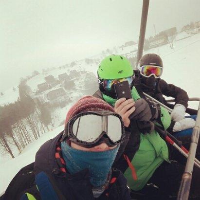 Zieleniec Ski Arena - Dzisiaj warun dobry, zimno, śnieg sypał, ogólnie trochę w oczy wali więc bez gogli i szalika/kominiarki nie polecam ale jeśli jesteś dobrze przygotowany to miód, praktycznie zero kolejek na każdym wyciągu - © Majster