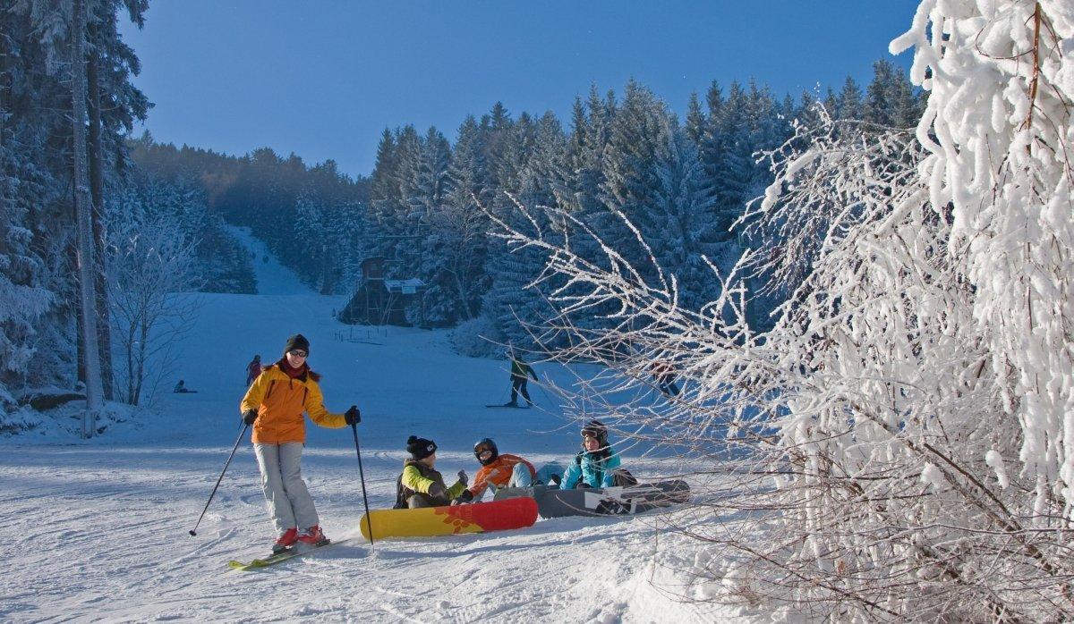 Skifahrer im Schnee - © Hohenbogenbahn