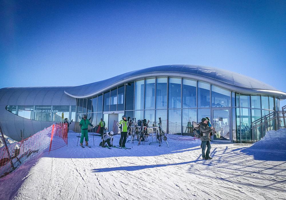 Skifahrer bereiten sich am Pitztaler Gletscher auf die Abfahrt vor - © Pitztaler Gletscherbahn GmbH&CoKG