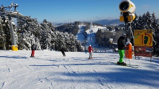 Winterberg Skiliftkarussell - Mindestens 30 cm Neuschnee am vergangenen Wochenende. Die Pisten sind super präpariert.  - © Anonym