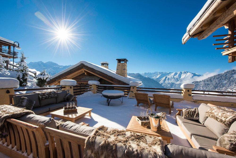 Man kan trives på den fantastisk vakre terrassen til Chalet Chouqui i Verbier. - ©www.skiverbierexclusive.com