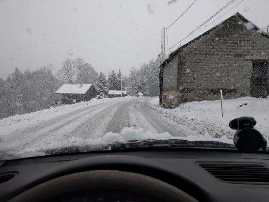 Les Brasses - Super matinée, les routes sont bien déneigée aujourd'hui... ce qui n'a pas était le cas hier (voitures dans les bas cotés....). la deneigeuse devait être en panne! pas top pour une station.. - © Gaëtan