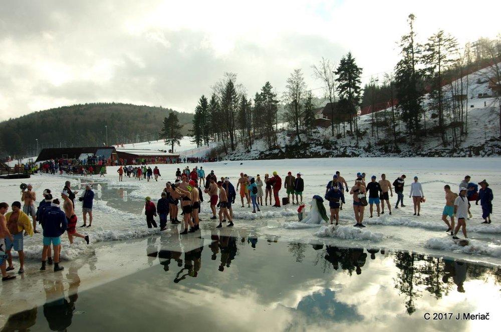 Bikini skiing with Ice Bears - © J. Meriač | Snowland Valčianska dolina