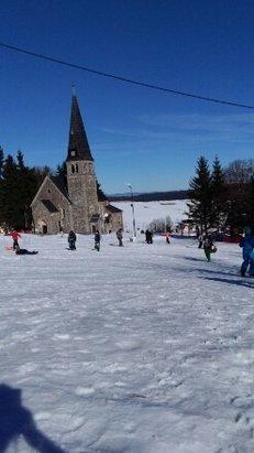 Zieleniec Ski Arena - pogoda swietna. kolejki do wyciagu do 15 minut. wiecej stania niz jazdy. ze 20 stopni na dworze. warkunki takie sobie. jest gorąco, śnieg się topi i kleii:( - © joasia.piskorska