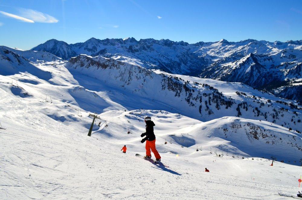 Ciel bleu et neige fraîche : une belle journée de snowboard en perspective à Baqueira Beret - © Station de Baqueira Beret