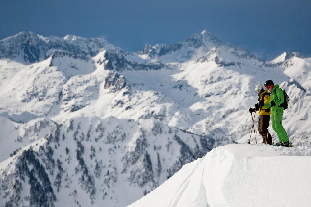 Session ski hors piste sur les pentes enneigées de Baqueira Beret - © Station de Baqueira Beret