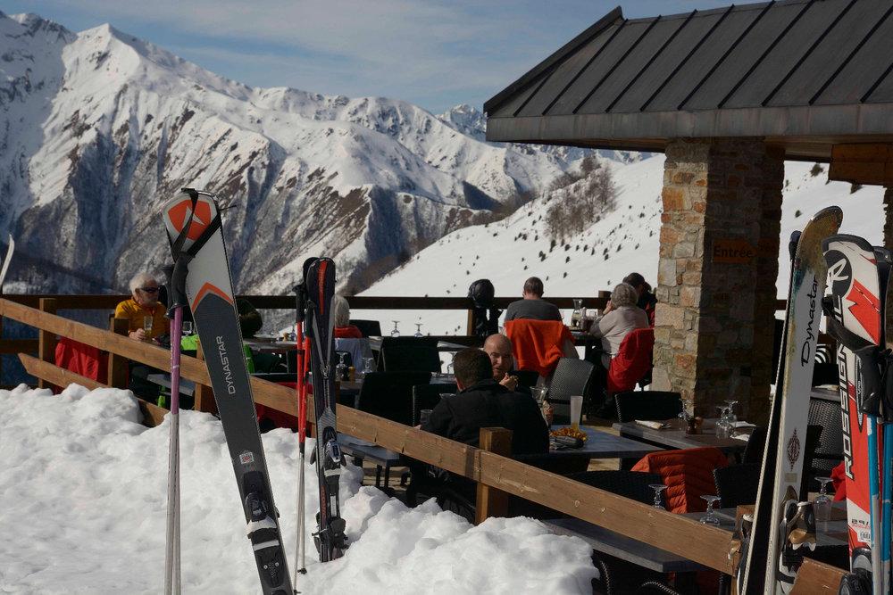 Petite pause déjeuner en terrasse du restaurant d'altitude de Guzet - © Alex Gosteli