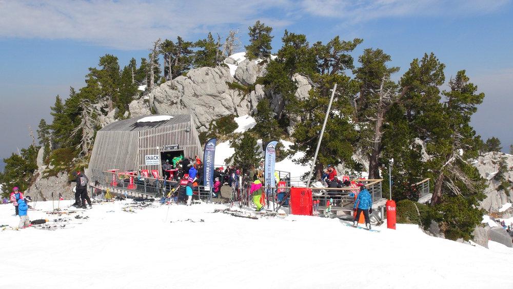 Pause déjeuner au snack de la Palombière sur le domaine skiable de la Pierre Saint Martin - © Stéphane GIRAUD-GUIGUES / Skiinfo