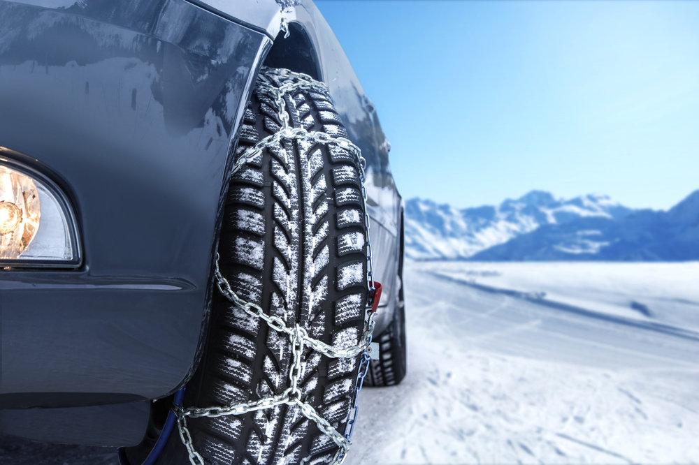 Si vous envisager de rejoindre votre prochaine destination de ski en voiture, prevoyer toujours une paire de chaines (adaptées à votre véhicule), ça peut toujours servir ! - © Mezzotint - Fotolia.com